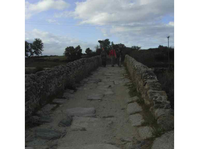 Puente romano en el camino