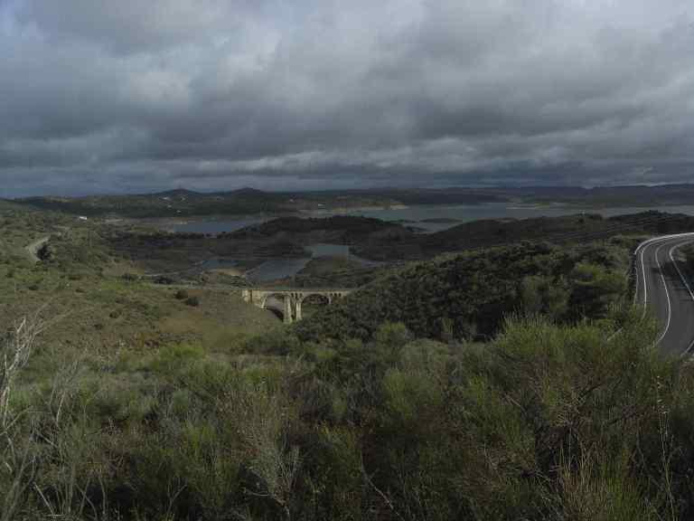 Vista al pantano de Alcántara