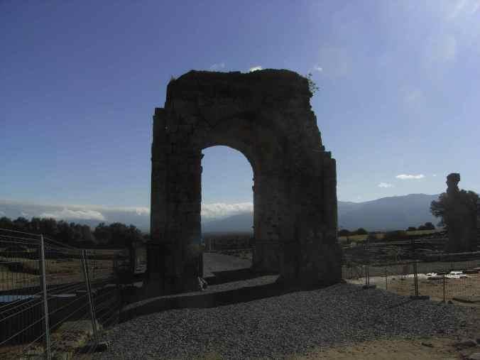 Vista del arco de Cáparra