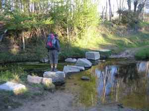 Yo mismo cruzando un arroyo