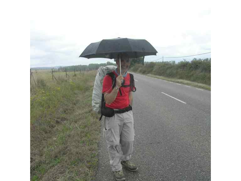 Joseba bajo su paraguas