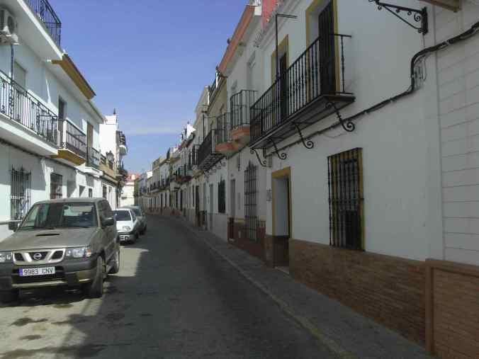 Típica calle de pueblo sevillano.