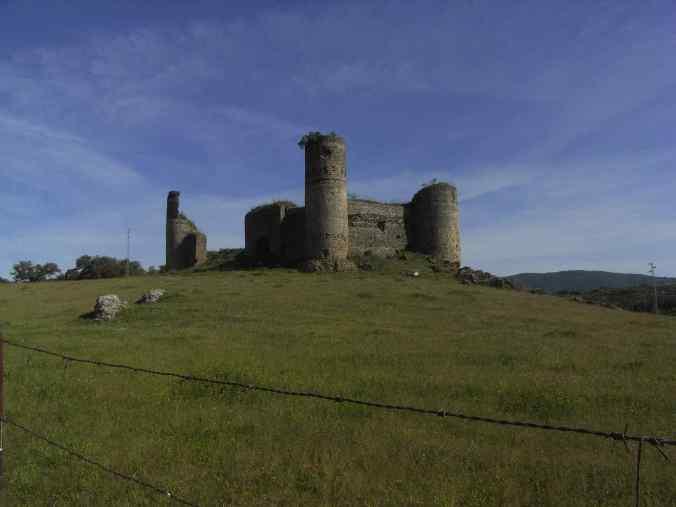 Castillo en ruinas con nidos de cigüeñas