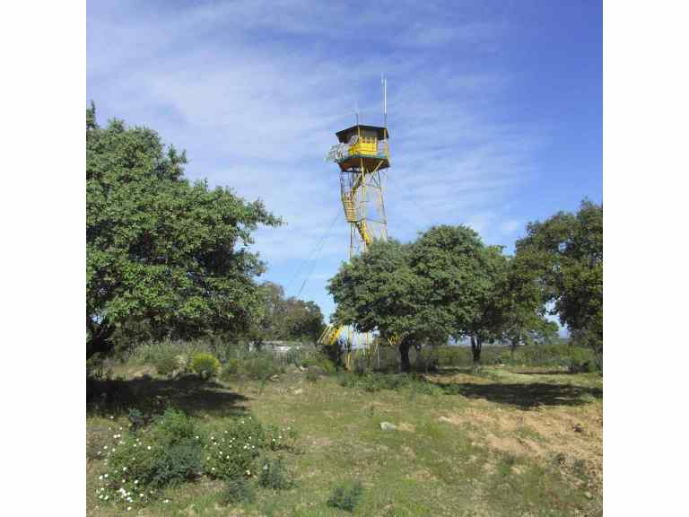 Torre con paneles solares
