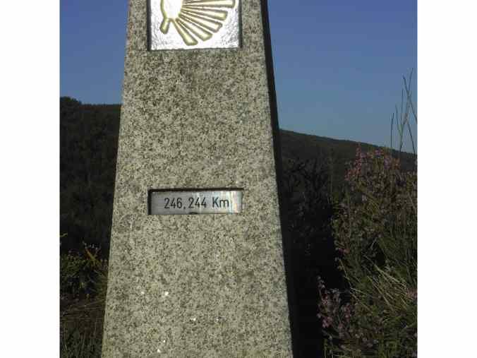 Primer mojón a la entrada a Galicia