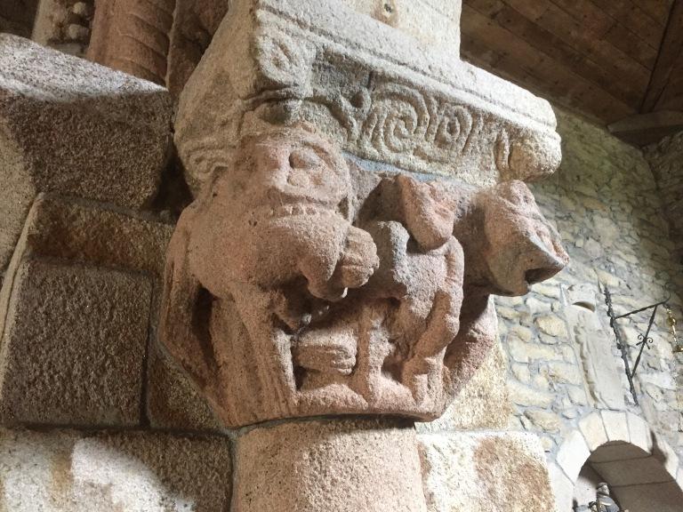 Capitel iglesia Pazo de Camba