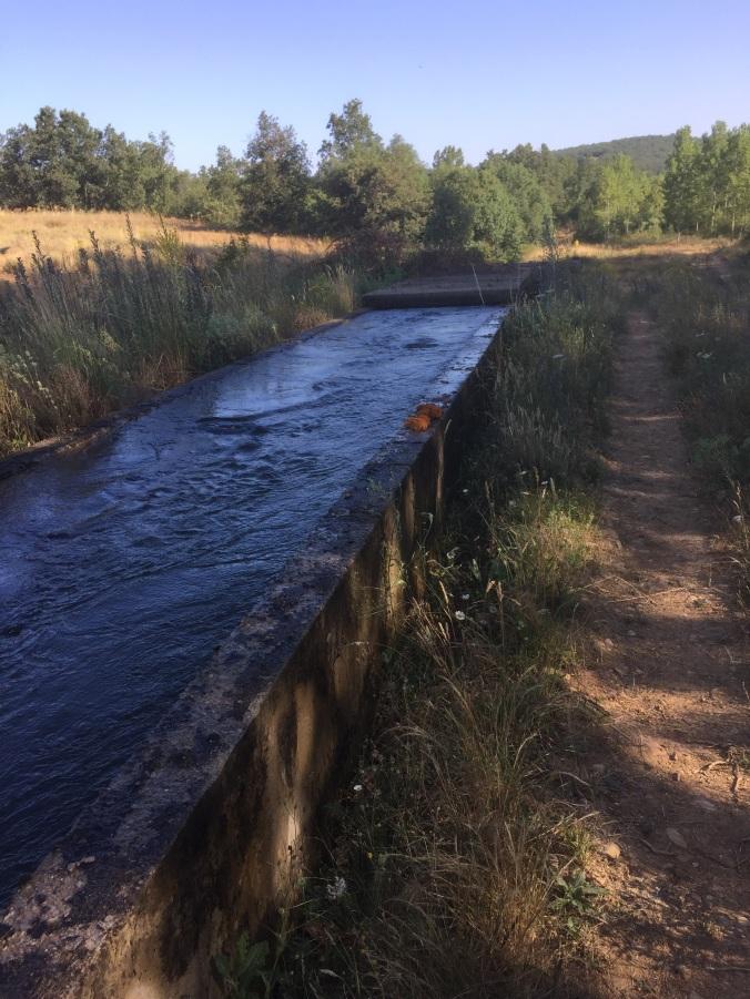 Canal de riego en el camino