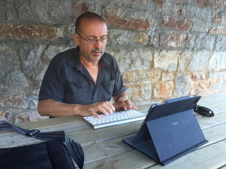 Escritorio improvisado en la plaza del pueblo
